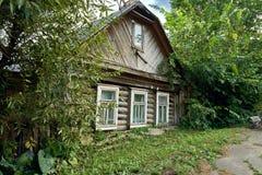 Lehnendes zerbröckelndes Haus in einer kleinen russischen Stadt lizenzfreies stockfoto