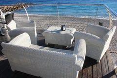 Lehnsessel auf der Terrasse vor dem Meer Stockbild