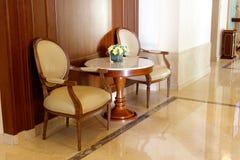 Lehnsessel in der Halle, luftgetrockneter Ziegelstein rgb Lizenzfreies Stockbild