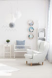 Lehnsessel im Babyraum lizenzfreies stockfoto