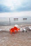 Lehnsessel im Strand Stockbild