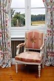 Lehnsessel nah an Fenster Stockfotografie
