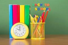 Lehrbücher, Bleistifte in der Unterstützung Stockfoto