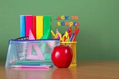Lehrbücher, Bleistifte in einer Unterstützung Lizenzfreie Stockfotos