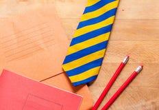 Lehrbücher, Bleistifte und Bindung Stockfotografie