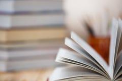Lehrbücher und Bücher auf einem Holztisch Lizenzfreies Stockfoto