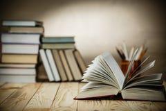 Lehrbücher und Bücher auf einem Holztisch Lizenzfreies Stockbild