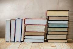 Lehrbücher und Bücher auf einem Holztisch Stockfotos