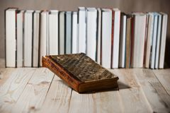 Lehrbücher und Bücher auf einem Holztisch Stockbilder