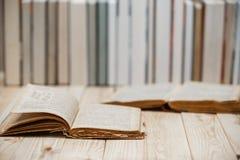 Lehrbücher und Bücher auf einem Holztisch Lizenzfreie Stockfotos