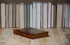 Lehrbücher und Bücher auf einem Holztisch Stockfotografie