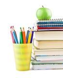 Lehrbücher und Bleistifte und grüner Apfel auf die Oberseite Stockbilder