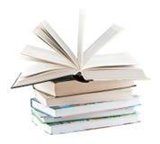 Lehrbücher und ein geöffnetes Lehrbuch Stockbilder