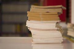 Lehrbuch-Abteilungs-Buchstapel auf dem Tisch Stockfotografie