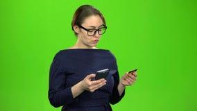 Lehrer überträgt Geld auf die Karte unter Verwendung des Telefons Grüner Bildschirm stock video footage