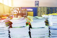 Lehrer arbeiten schwer lizenzfreie stockbilder