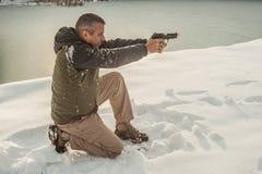 Lehrer demonstrieren Körperposition des Gewehrschießens auf Schießstand stockfoto