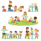 Lehrer, der Alphabet Kindern um sie erklärt einzustellen Lächelnde kleine Jungen und Mädchen, die herein spielen und studieren vektor abbildung