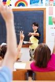 Lehrer, der auf Kursteilnehmer zeigt Stockfoto
