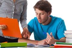 Lehrer, der dem Studenten Rat gibt Lizenzfreies Stockfoto