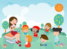 Lehrer, der den Kindertagesstättenkindern im Garten eine Geschichte, nette Kinder hören auf ihren Lehrer Tell eine Geschichte, Le stock abbildung