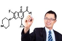 Lehrer, der eine chemische Formel zeichnet lizenzfreies stockfoto