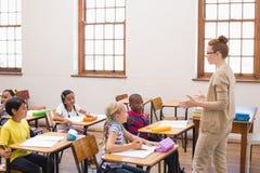 Lehrer, der eine Lektion im Klassenzimmer gibt Lizenzfreie Stockfotografie