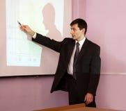 Lehrer, der in einem Klassenzimmer konferiert Stockfotografie