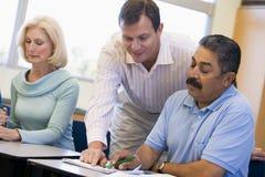Lehrer, der fälligen Kursteilnehmer in der Kategorie unterstützt Stockfotos