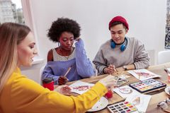 Lehrer, der ihren Studenten einige malende Techniken zeigt lizenzfreies stockfoto