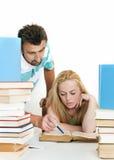 Lehrer, der jugendlich Kursteilnehmer einem auf einem hilft. Lizenzfreies Stockbild