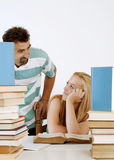 Lehrer, der jugendlich Kursteilnehmer einem auf einem hilft Stockbild