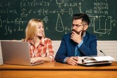 Lehrer, der jungem Studenten mit Lektion hilft Ausbildung und Lernen des Leutekonzeptes - Studentin und Lehrer schule stockbilder