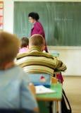Lehrer, der in Klassenzimmer geht Lizenzfreie Stockbilder