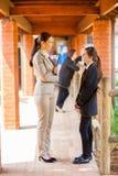Lehrer, der mit Kursteilnehmer spricht Lizenzfreies Stockbild