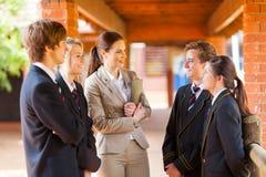 Lehrer, der mit Kursteilnehmern spricht stockbild