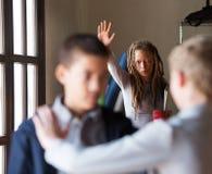 Lehrer, der versucht, einen Kampf in der Schule zu stoppen Stockfotografie