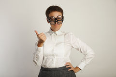 Lehrer in der weißen Bluse mit 3 Paaren Gläsern lizenzfreie stockbilder