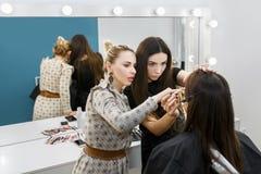 Lehrer, der wie man Make-up erklärt, anwendet Lizenzfreies Stockfoto