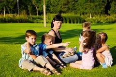 Lehrer, der zu den Kindern liest Lizenzfreie Stockfotografie