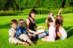 Lehrer, der zu den Kindern liest stockfotografie