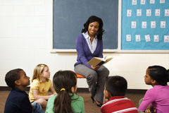 Lehrer, der zu den Kursteilnehmern liest lizenzfreies stockfoto