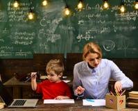 Lehrer, die groß werden, oder Vorlagenlehrer die Hilfe aussuchen, die, sie benötigen, internationaler Student, der online Einzelp lizenzfreies stockbild