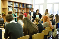 Lehrer, die ihre Universität für zukünftige Studenten darstellen Lizenzfreies Stockfoto