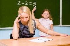Lehrer ermüdet vom dummen Studenten Stockfotos