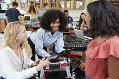 Lehrer With Female Pupils, das Roboterfahrzeug in der Wissenschafts-Lektion errichtet lizenzfreie stockfotografie