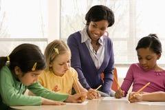 Lehrer-helfende Kursteilnehmer stockfoto