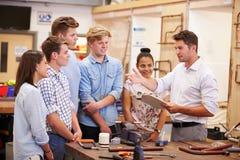Lehrer Helping College Students, das Klempnerarbeit studiert Lizenzfreies Stockfoto
