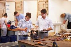Lehrer Helping College Students, das Klempnerarbeit studiert Lizenzfreie Stockfotos