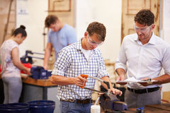 Lehrer Helping College Students, das Klempnerarbeit studiert Stockbilder
